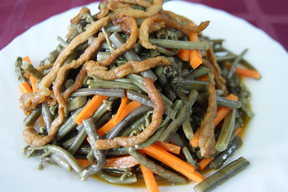 Салат с папоротником и морковкой